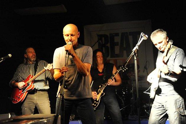 Nakonec pouze kapely B 5 a Stones zahrály po letní přestávce v sobotu v nově  vymalovaném sále kolínské restaurace U Vodvárků.