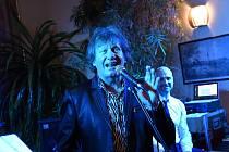 Už tradičním hostem již šestého Reprezentačního plesu kolínského hotelu Theresia se poslední únorový pátek stal zdejší již pravidelný účastník a kamarád, zpěvák Stanislav Hložek.