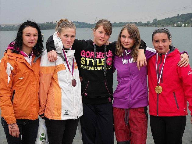 Dívčí kolínská sestava v Hlučíně; zleva: Marie Neumannová, Denisa Försterová, Pavlína Kubátová, Edita Kavříková a Veronika Puchnerová.