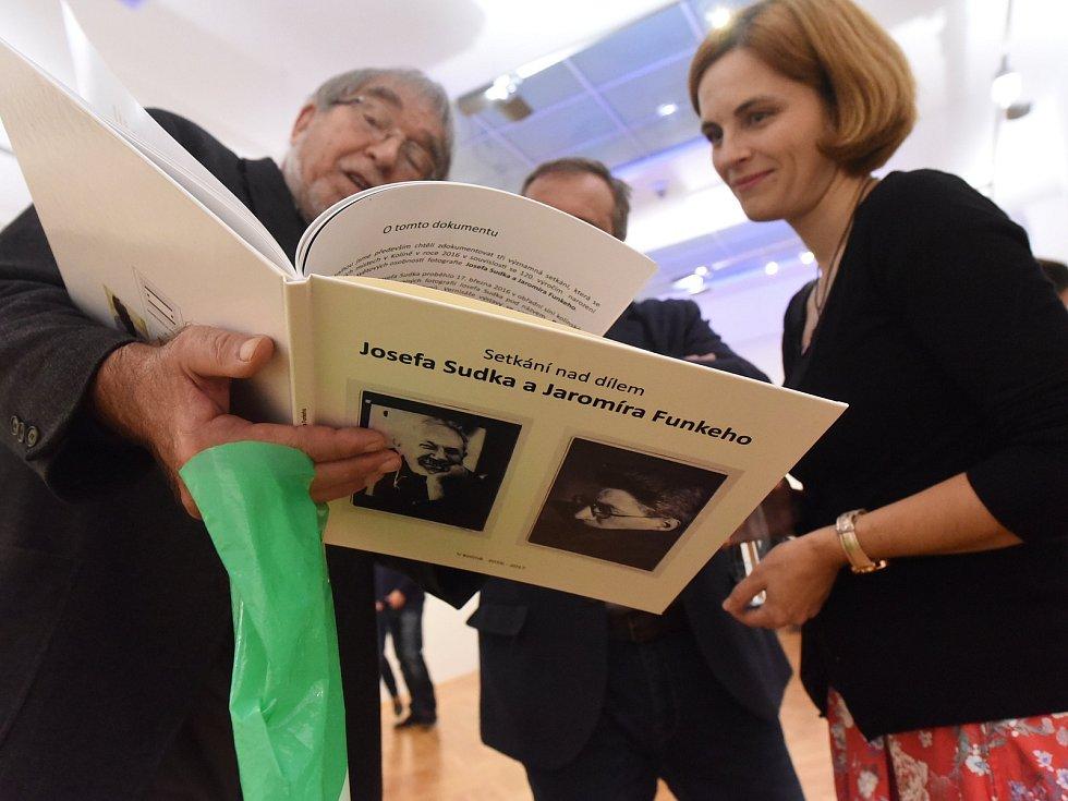 Hegemonii výstav kreseb a obrazů vGalerii Města Kolína narušily druhé říjnové úterý fotografie vKolíně vyrůstajícího mistra oboru Jaromíra Funkeho.