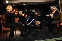 Již po několikráte se v programu kolínského Kruhu přátel hudby objevilo brněnské seskupení Graffovo kvarteto, tentokrát ale zaplněný Komorní sál potěšilo koncertem ještě se špičkovým pianistou Igorem Ardaševem.