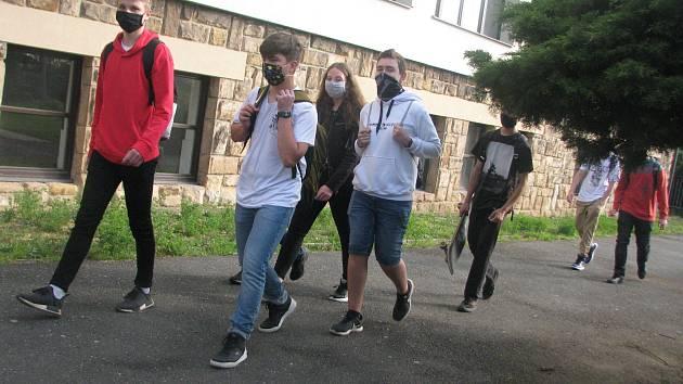 Ze zahájení školní výuky po 'koronavirovém volnu' v pondělí 11. května 2020 v Českém Brodě.