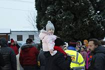 V sobotu před první adventní nedělí se ve většině obcí a měst rozsvěcely vánoční stromy. Nebylo tomu jinak ani v obcích Bylany a Chotouň nedaleko Českého Brodu.