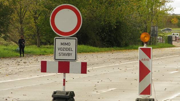 Výpadovka z Kolína na Prahu je uzavřená, na sjezdech z obchvatu se tvoří kolony.
