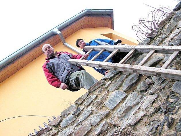Majitelé nemovitostí ve dvoře za domem v Kouřimské ulici se k nim dostávají po žebřících přes středověké hradby.