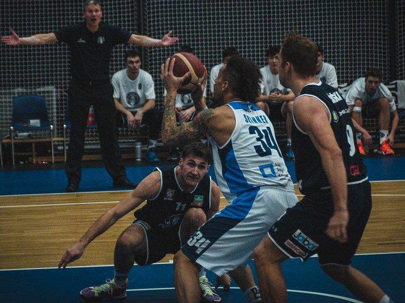 Z pohárového utkání BC Kolín - Děčín (92:76).