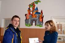 Marek Jeryje předal finanční výtěžek ředitelce kojeneckého ústavu