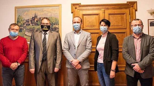 Rozloučení s bývalým ředitelem Městské knihovny v Kolíně a nově senátorem Pavlem Kárníkem (druhý zleva) na radnici.