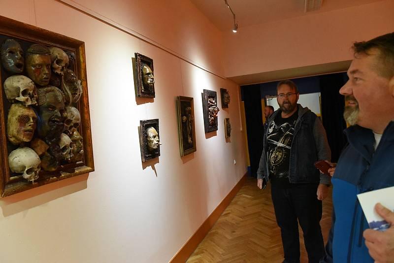 Z vernisáže výstavy Tomáše Štědrého 'Emporium smrti' v Komorním sále Městského společenského domu v Kolíně.