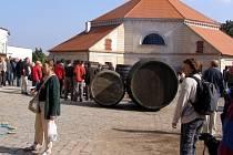 Dvůr pivovaru se začal zaplňovat již brzy dopoledne.