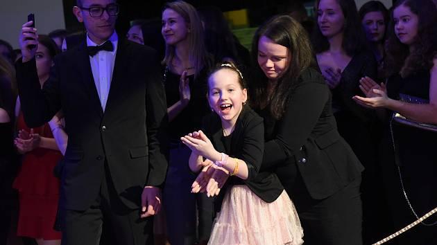 Výtěžkem z prodeje náramků maturanti podpoří osmiletou Žanetku.