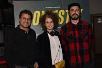Film krátce uvedli, a po dvou hodinách promítání se na besedu sdiváky vrátili, herečka Tereza Hofová i autor scénáře a režisér Adam Sedlák.