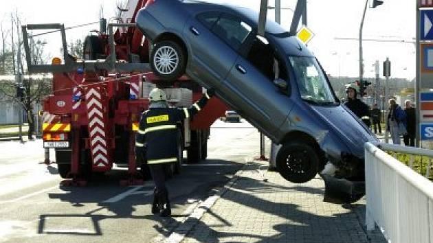 Mladí za volantem. Nezodpovědnost a někdy až příliš velká sebedůvěra mladých a nezkušených řidičů vede k tragickým událostem. Svou roli přitom hraje i alkohol.