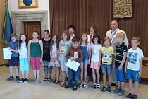 Žáky suchdolské základní školy pasovali na čtenáře.