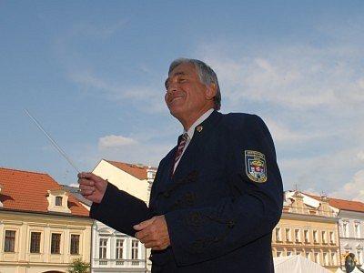 Ivan Fišer diriguje nejen Městskou hudbu Františka Kmocha či Kolínskou filharmonii, ale na Monstrkoncertu festivalu Kmochův Kolín i všechny zúčastněné orchestry.