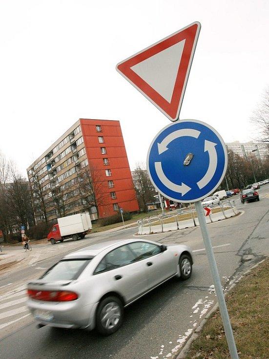 Kruhové objezdy většinou bezpečnost navyšují