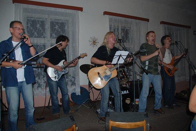 Z vystoupení folkové kapely Kapři
