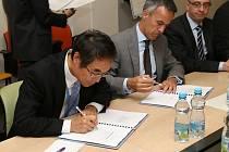 Prezident TPCA Kenta Koide (zleva) a výkonný viceprezident Javier Varela při podpisu kolektivní smlouvy v roce 2015