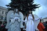 Kolíňáci zaplnili náměstí, aby se podívali na slavnostní rozsvícení vánočního stromu.