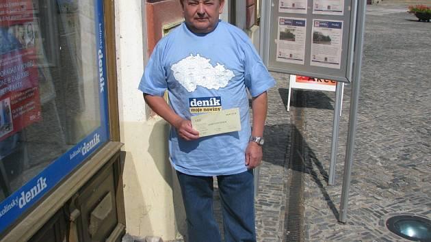 Miloslav Mašín z Radimi si z naší redakce na Karlově náměstí odnesl speciální tričko pro vítěze kola a volný tiket sázkové kanceláře Fortuna v hodnotě 100 korun.