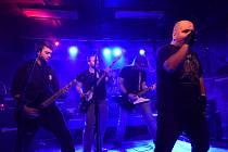 Chvaletická kapela Komat si opět uspořádala vsále rockového klubu U Vodvárků svůj tradiční festiválek nazvaný Kolín vKomatu.