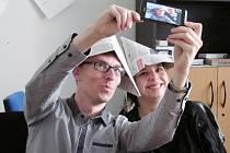 Část redakce Kolínského deníku zjišťovala, jak správně pořídit selfie.