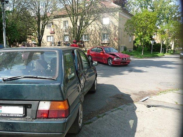 Střet dvou osobních automobilů na křižovatce ulic Míru a Na Magistrále v Kolíně.