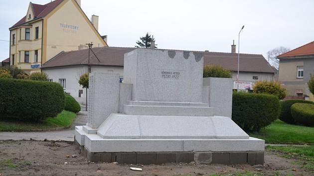 Památník je připravený na pietní akt. Své práce ještě dodělá zahradník.