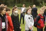 Ze slavnostního předání upravené naučné stezky lesoparkem Borky v Kolíně veřejnosti.