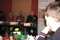 Z tiskové konference při příležitosti vyhlášení grantového programu TPCA Partnerství pro Kolínsko. Zprava mluvčí TPCA Radek Kňava, koordinátorka grantového programu Monika Koťarová a zástupci občanského sdružení Prostor Monika Martínková a Petr Steklý