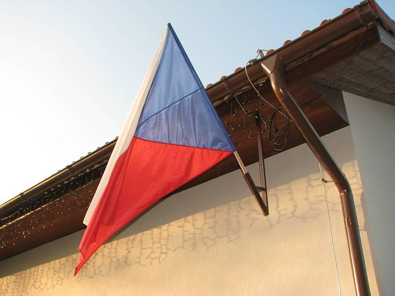 V Bečvárech se voliči schází ve venkovní učebně základní školy.