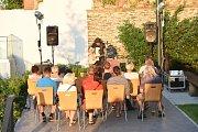 Historicky prvním interpretem, který zahrál na terasách za společenským domem, byl Honza Ponocný.