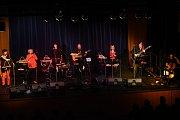 Jako každá kapela, i renesančně – folková skupina Klíč hrající  předposlední listopadový čtvrtek vMěstském společenském domě vKolíně, si nechala největší hity své kariéry na závěr koncertu kpětatřicetiletému výročí jejího založení.