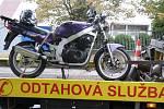 Nehoda motocyklisty a Opelu v Havlíčkově ulici v Kolíně