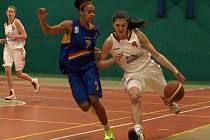 Z utkání se Spartou, na kterém je v bílém hráčka Peček Anna Hrušková a v modrém hráčka Sparty Effangová.