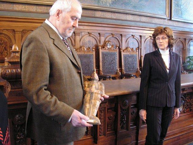 Slavnostní vystavení, alias vitrinace reliéfu Přemysla Otakara II, určeného pro Osobnost roku 2008