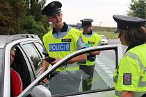 Policisté rozdávali nealkoholické pivo.