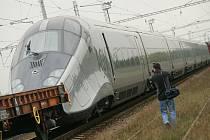 Unikátní rychlovlak zamířil ze zkušebního okruhu u Velimi na mezinárodní veletrh do Berlína