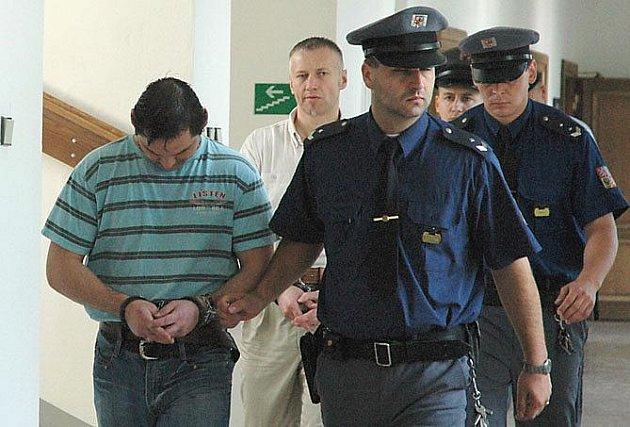 Obžalovaní z brutální vraždy: Miroslav Battya (vpředu) a Tomáš Němeček