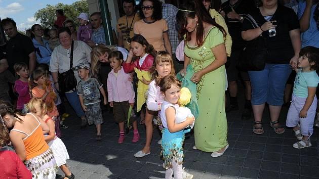 – Rušno bylo v neděli odpoledne za budovou kolínské řepařské drážky. Malé i větší děti v doprovodu svých rodičů zde soutěžily v běhu v pytlích, chytání ryb na udici, házení míčku, jízdě na motorce či modelování