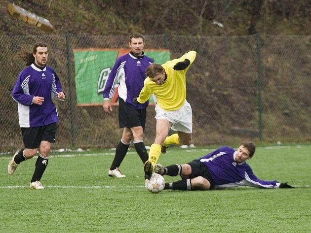 Jiří Kohoutek (ve žlutém) se probíjí obranou soupeře.