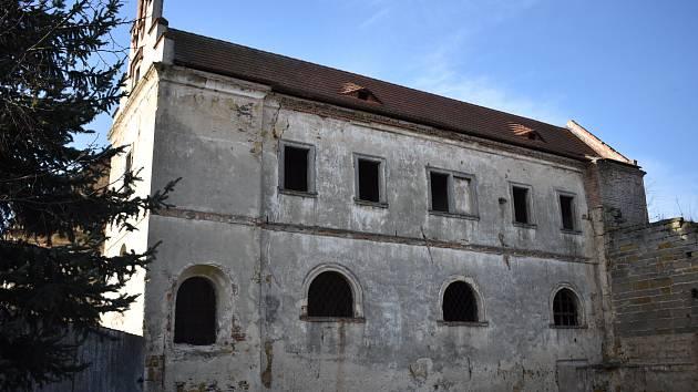 Klášterní Skalice získala vlajku Karlovské místo díky torzu kláštera.