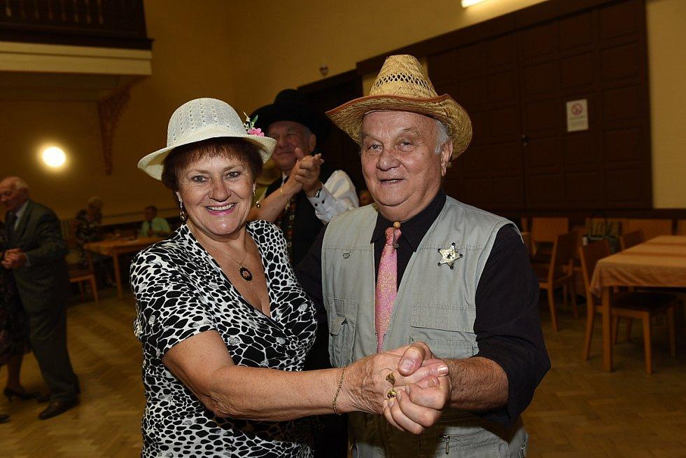 Z 'kloboukového' tanečního setkání členů a příznivců Klubu přátel Františka Kmocha v Kolíně.