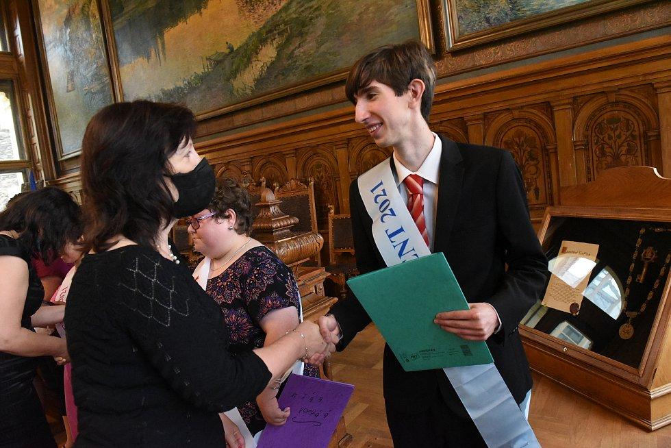 Z předávání vysvědčení absolventům kolínské základní, mateřské a praktické školy v obřadní síni radnice.
