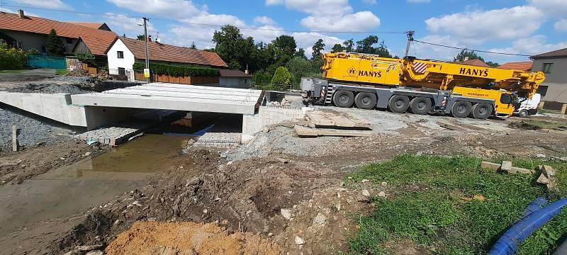 Původní most v Bečvárech nahradil nový.