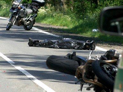 Divocí jezdci, kteří havarují na motocyklech, často končí tragicky. Nárůst počtu úmrtí i vážných následků bouraček zaznamenávají policisté v celé republice.