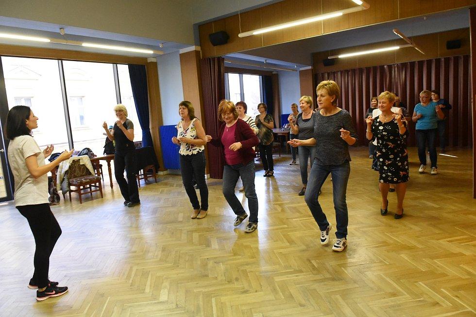 Aktivní seniorky si vyzkoušely první taneční kroky. 3e6d39368e