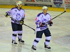 Útočník Kozlů Jakub Semirád (vpravo) zaznamenal ve Žďáru dva body (1+1).