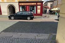 Řidič v centru Kolína nacouval do lampy veřejného osvětlení. Ta zranila kolemjdoucí ženu.
