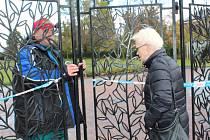 Kvůli kalamitnímu stavu po silném větru se lidé krátce před Dušičkami nedostali na hřbitov v Kolíně.